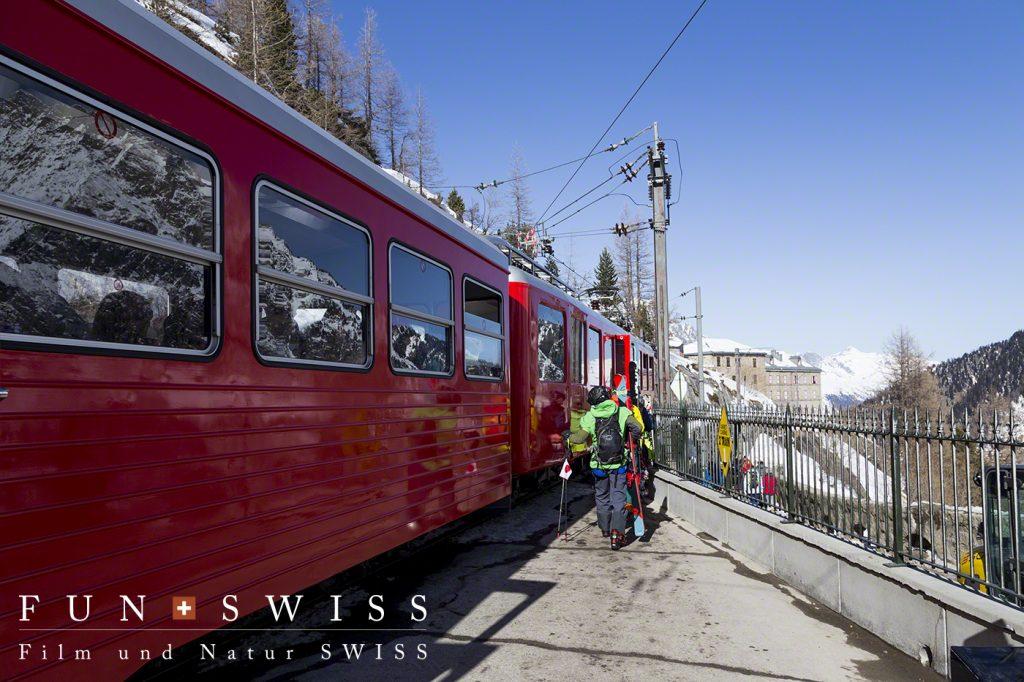 標高1,913mモンタンベール鉄道駅から登山列車で標高1,036mのシャモニーへ