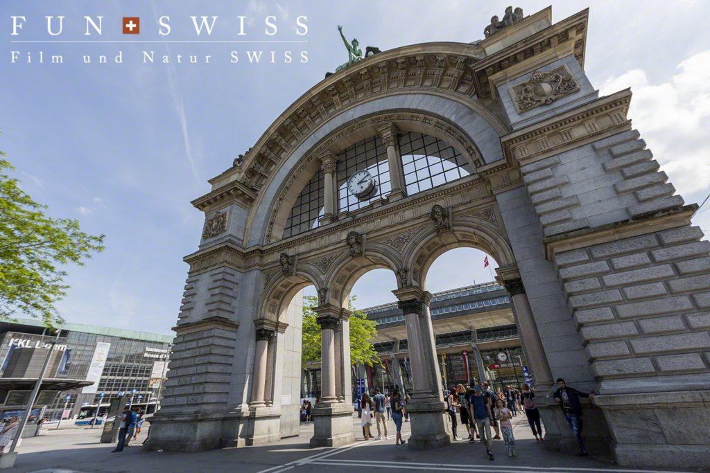 ルツェルン駅前の門