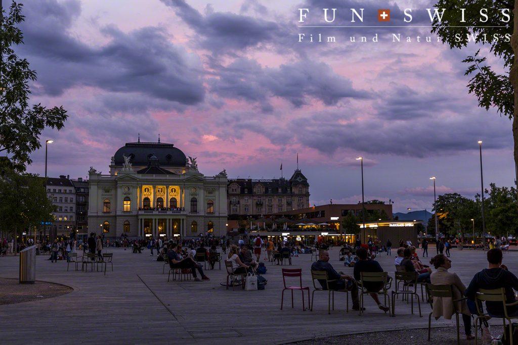 夕闇に涼む人々とオペラハウス
