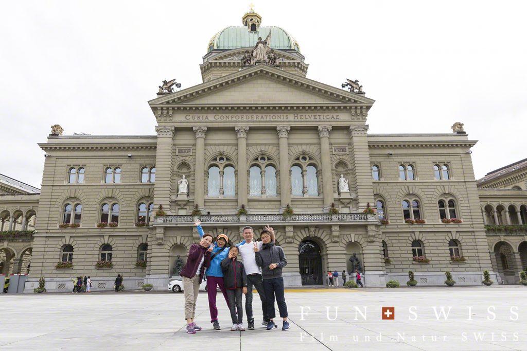 ベルンの国会議事堂前にて!