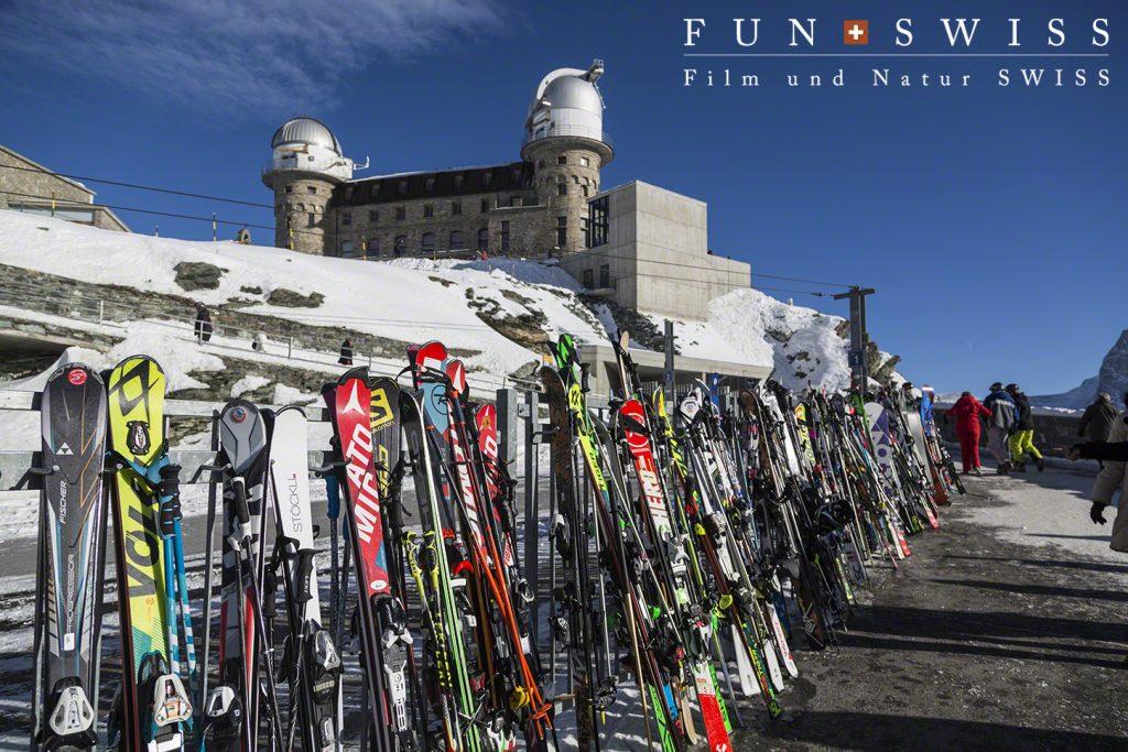 ゴルナグラートクルムホテル3100m。スキー客が休憩中~