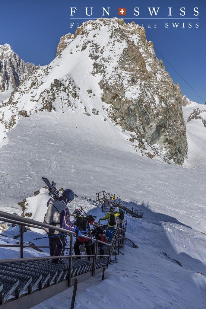 まずはスキーを履くまでも階段を下って、、、、