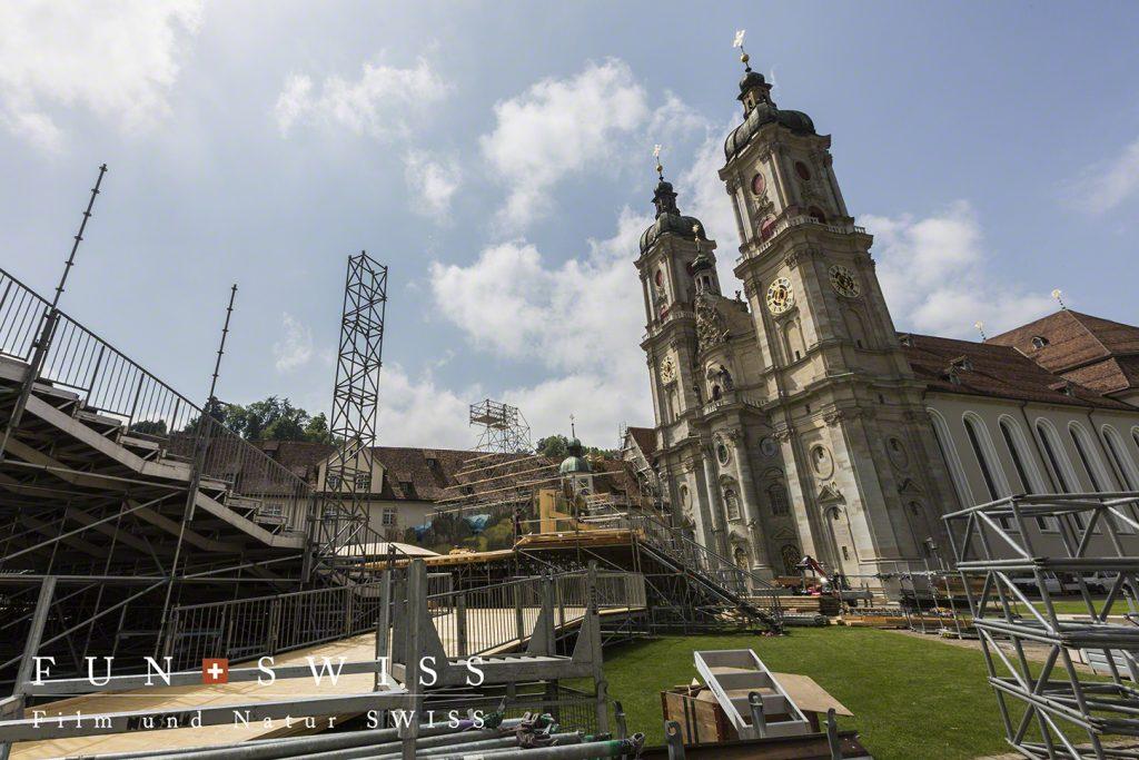 週末のイベントに向けて会場設営中の修道院前広場