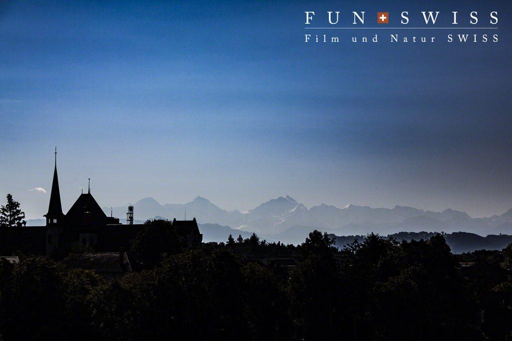 秋晴れのこの時期、国会議事堂裏からベルナーオーバーラント山群が見渡せます!