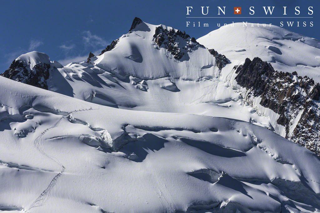 モンブラン登頂を目指す登山家たちが、蟻のように、、、