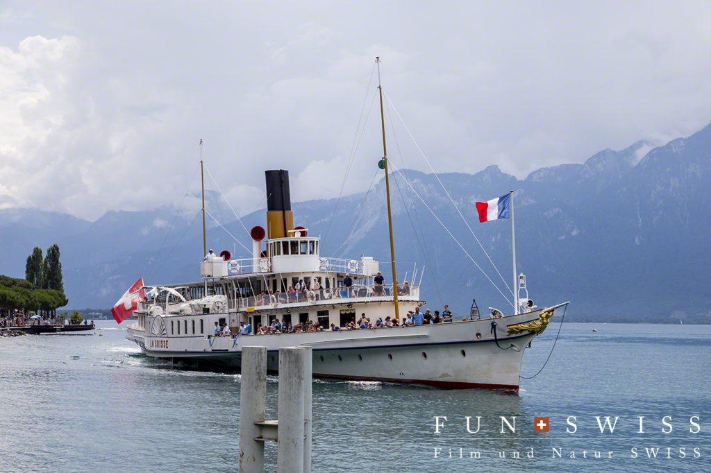 スイス国旗とフランス国旗を携えた船舶