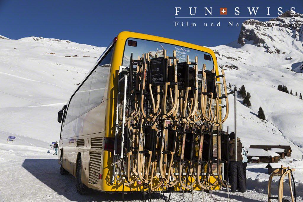 グリンデルワルトバスがそりを運んでくれます。