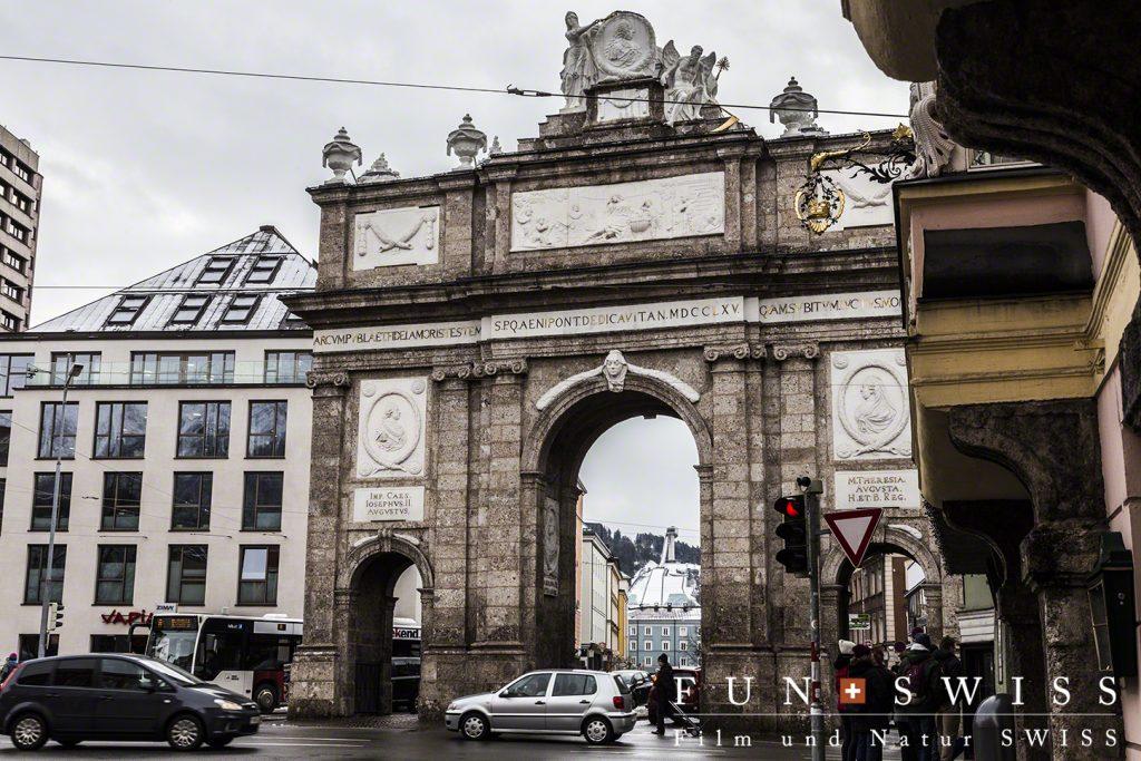 凱旋門から始まるインスブルック旧市街