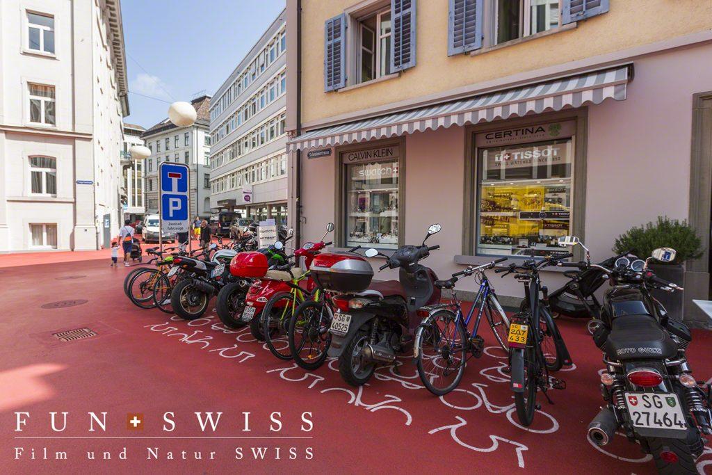 中心部のバイクと車の駐車場所は、ユニークな絵で表示