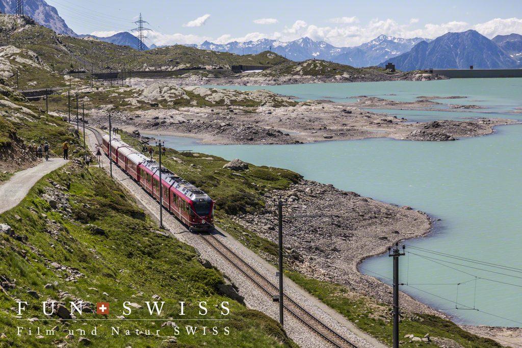 鉄道を間近に見ながらハイキング