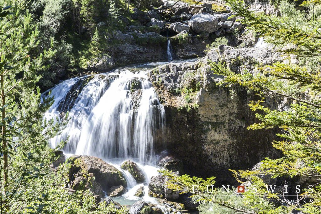 オルデサ国立公園内の滝