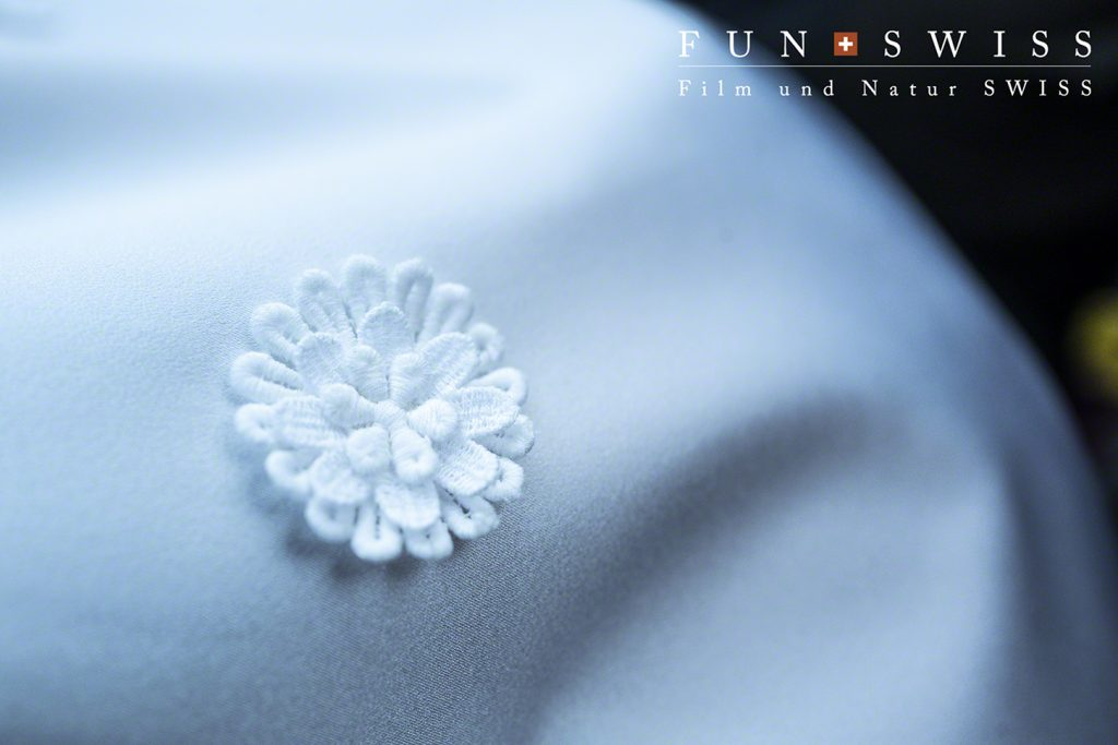 スイス製のハンドメイド刺繍を散らしたドレス