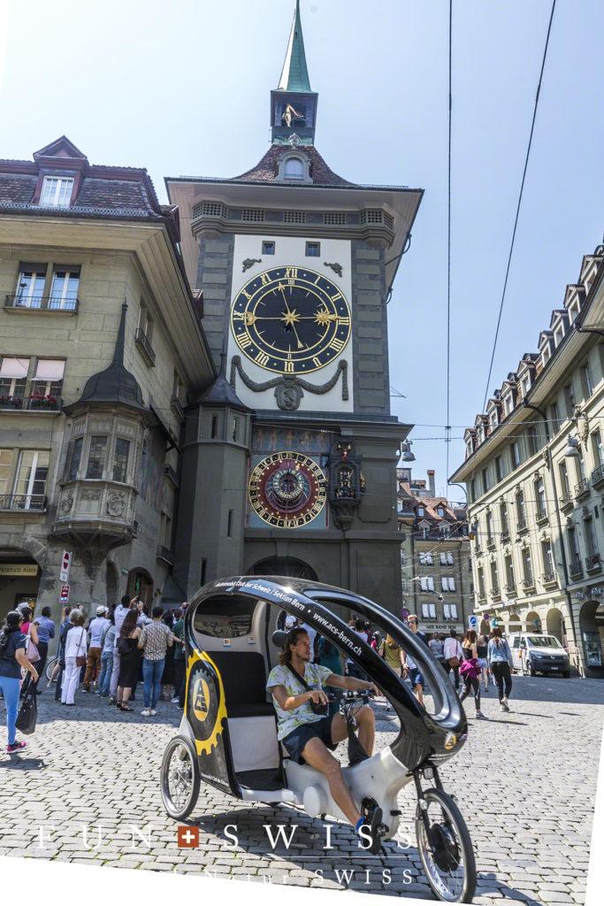 時計塔と人気の観光レンタル自転車