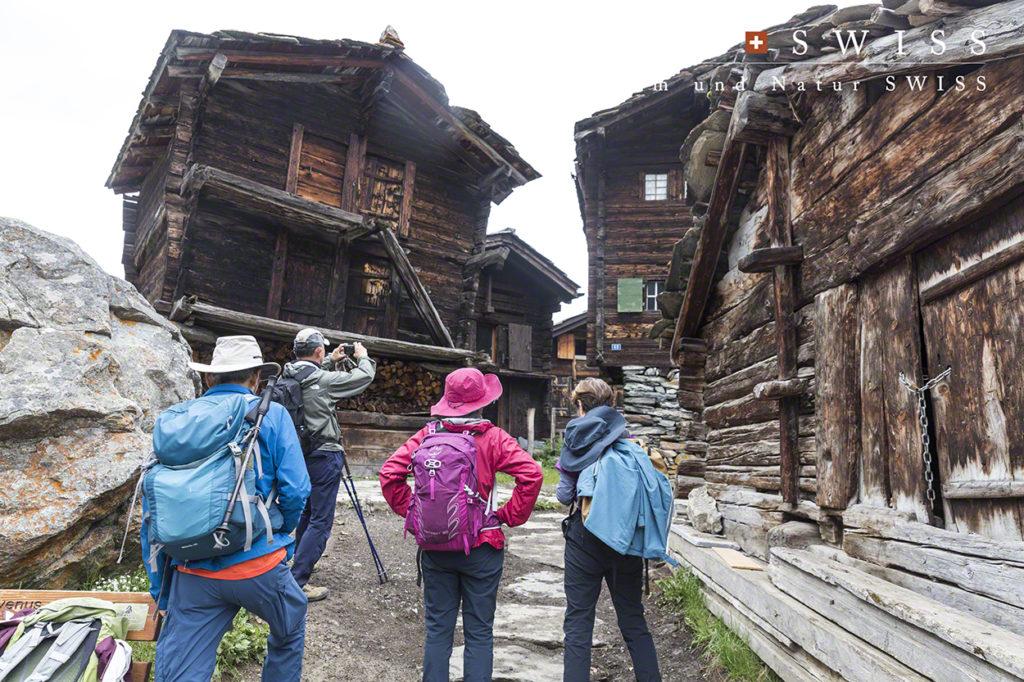 昔ながらの建築様式でたてられた家々が残る村へ