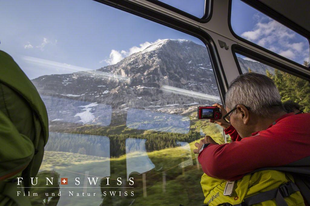 アイガー北壁に沿うように標高を上げていく登山列車