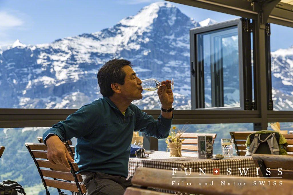 この景色の中、美味しいに決まっているスイスワイン!