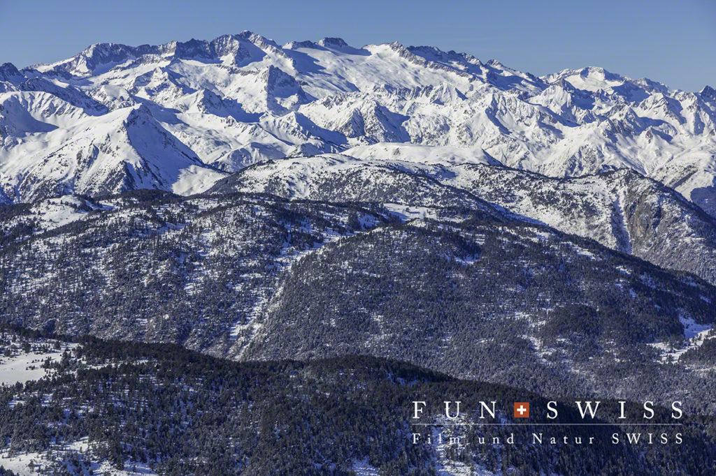 正面にはピレネー最高峰3,404mアネト山