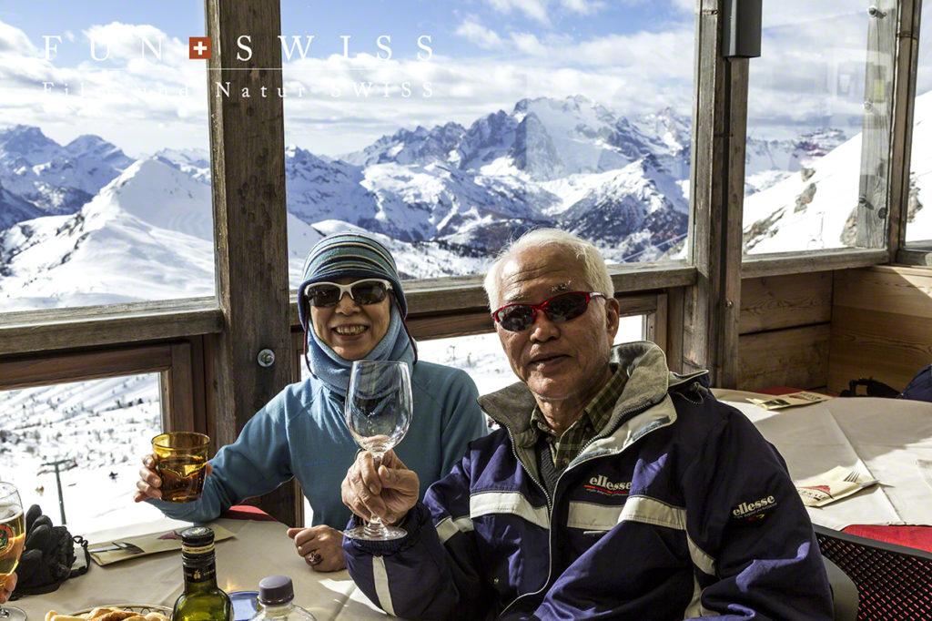 背景はドロミテ最高峰マルモラーダ。まさに、2年前、この山小屋の脇を縦走しましたね~